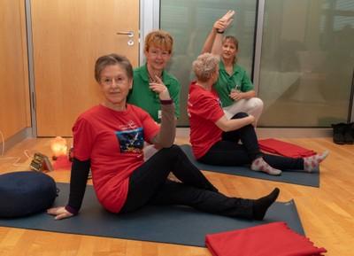 Die auf therapeutisches Yoga spezialisierten Physiotherapeutinnen Daniela Reuter (links) und Ina Lautenbach zeigen Patientinnen der Dresdner Uni-Frauenklinik speziell auf ihre Krebserkrankung abgestimmte Übungen. Foto:  Uniklinikum Dresden / Marc Eisele