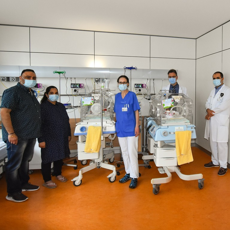 Puneet (l.) und Soni freuen sich über ihre Kinder Avik und Maira. OÄ Dr. Barbara Seipolt, Prof. Mario Rüdiger und OA Dr. Cahit Birdir (r.).jpg