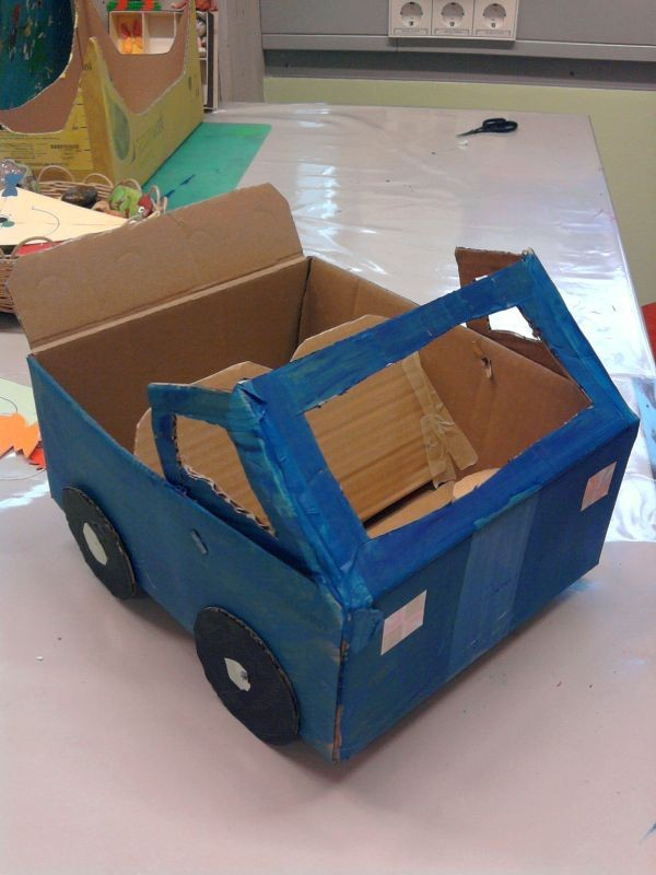 Auto aus Pappkarton