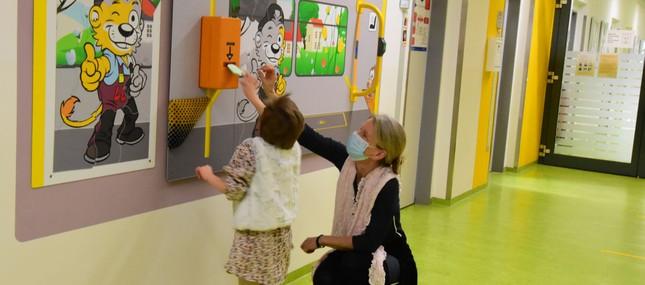 Haltegriff und Fahrkartenentwerter als Anker für besondere Patienten