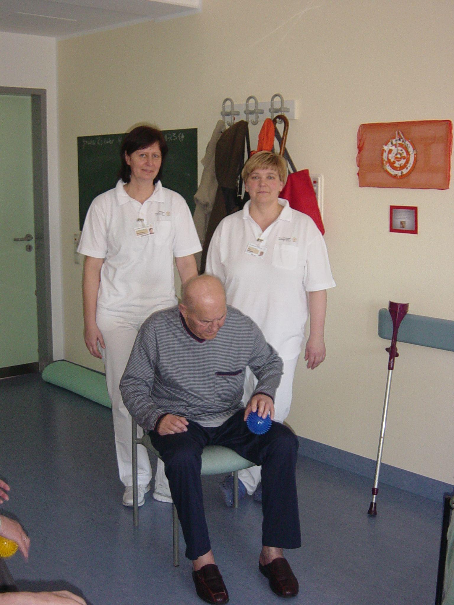 Physiotherapeutinnen Viola Schneider und Ines Lehmann mit einem Patienten