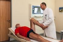Untersuchung der Beweglichkeit des Kniegelenkes