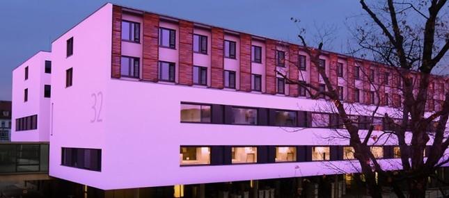 Neues Chirurgisches Zentrum leuchtet lila