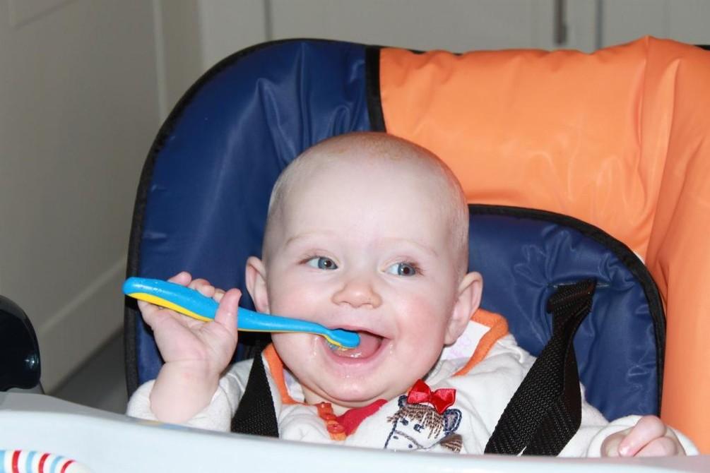 Baby mit Zahnbürste.jpg