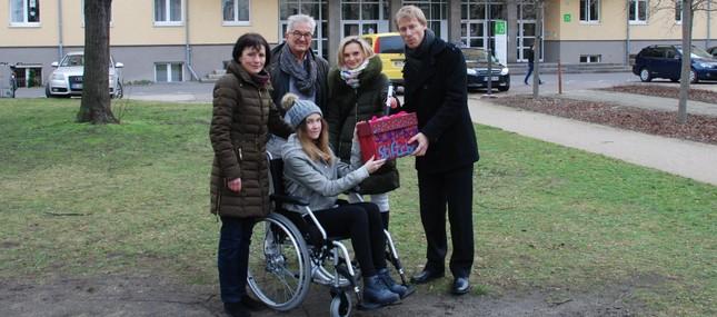Klinik erhält neuen Outdoor-Rollstuhl im Tausch gegen verbrauchte Stifte