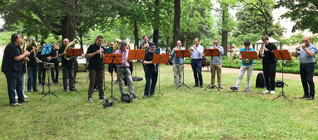 Musikerinnen und Musiker der Staatskapelle Dresden spielen für Patientinnen und  Patienten sowie Mitarbeitende