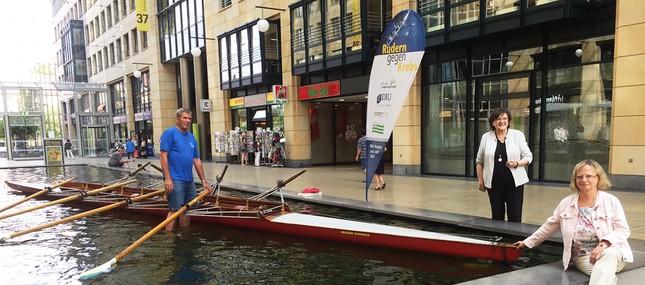 """Ruderboot """"parkt"""" im Wasserbecken des World Trade Center"""