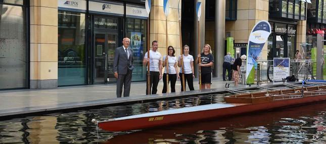 """Ruderboot wirbt im WTC für Aktion """"Rudern gegen Krebs"""""""