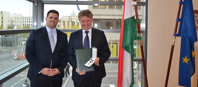 Ungarn bedankt sich mit Ritterkreuz fürs Engagement in der Versorgung von Spaltkindern