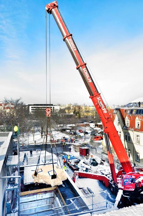 6. Februar 2013: 330 Tonnen Hochtechnologie: Herz der Protonentherapieanlage erreicht Dresdner Medizin-Campus